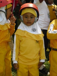 Tanisha pakai helmet - siap beraksi :) *tapi masih lemes karena sakit :(